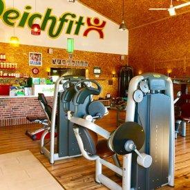 Theke und Fitnessgeräte