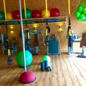 Diverse Fitnessgeräte und Bälle