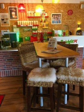 An unserer Theke gibt es erfrischende Eiweißshakes und leckeren Kaffee