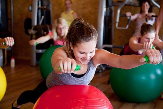 Effektives Training mit Gymnastikball und Hanteln